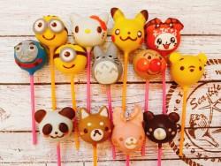 シュシュ     動物やキャラクターなどをモチーフにすべてが手作業で1つ1つ丁寧に仕上げられます。中身はスポンジ生地・バタークリーム・チョコレートを使っています。お誕生日ケーキに飾れば、お子様も大喜び。        動物シュシュ¥324      キャラクターシュシュ ¥432